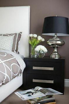 table de chevet taupe en bois, fleurs, mur taupe, chambre à coucher moderne, lampe de chevet noire