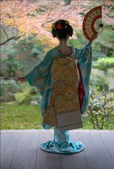 【Maiko, November Maiko is Fukuno. Shooting location is Seirai-in Temple. Photo by gaap. Geisha Samurai, Art Geisha, Geisha Japan, Geisha Book, Japon Tokyo, Kyoto Japan, Okinawa Japan, Japanese Beauty, Japanese Art