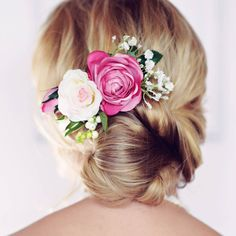 This gorgeous Florence rose hair comb is handmade in Britain by Gypsy Rose Vintage.Each hair comb is carefully hand-crafted using high quality artificial silk flowers including a pink and ivory rose, gypsophila and berries backed onto a silver metal hair comb. This unique piece is perfect for wearing to a wedding or simply to dress up your day time look. Your hair clip will arrive beautifully boxed and gift wrapped in coloured tissue paper, with a handful of real petal confetti.Artificial…