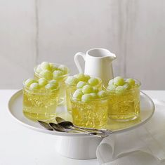Champagne Jellies with Grapes. These Champagne Jellies with Grapes are fancy, delicate & refreshing. Perfect as a dessert to celebrate. Grape Recipes, Jelly Recipes, Sweet Recipes, Dessert Recipes, Tropical Desserts, Cold Desserts, Champagne Jelly, Champagne Party, Sugared Grapes