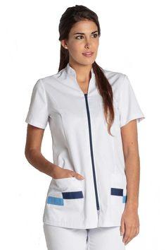 Casaca de mujer Dyneke blanca con cuello mao. Se abrocha con cremallera azul marino y tiene detalles en azul en los bolsillos. Dispone de dos bolsillos inferiores y uno superior, y tiene cortes laterales. Al ser entallada, queda muy bien puesta a sus usuarias.  #MasUniformes #RopaLaboral #UniformesDeTrabajo #VestuarioOnline #Dyneke Spa Uniform, Hotel Uniform, Beautiful Nurse, Nurse Costume, Medical Uniforms, Uniform Design, Medical Scrubs, Nursing Clothes, Professional Women