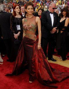 Les plus belles robes des Oscars depuis 1952. Halle Berry en Elie Saab, à la cérémonie des Oscars en 2002.  http://www.elle.fr/People/Style/Trajectoire-mode/Les-plus-belles-robes-des-Oscars/Halle-Berry-en-Elie-Saab
