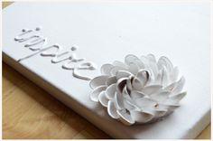 Wer hätte das gedacht?! Man kann aus Pistazienschalen wunderschöne Blumen basteln! So kann man die Pistazien gleich viel länger genießen :) <br /> <br />Ihr braucht: <br /> <br /> Pistazienschalen (gesäubert) <br /> eine Heißklebepistole <br /> kreisförmig ausgeschnittene Pappe <br /> <br />Und so geht's: <br /> <br /> Klebt zuerst 3-5 Schalenhälften ... Little Fashion, Crafts, Diys, Craft Ideas, Photos, Jewelry Making, Diy Presents, Wonderful Flowers, Cardboard Paper