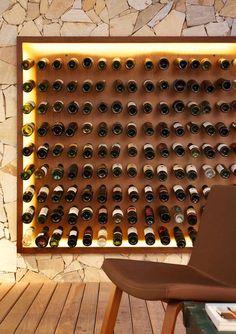 cave à vin moderne en bois et avec un éclairage LED indirect