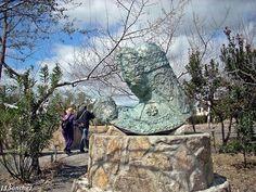 Gorra de espejo de Montehermoso. Mount Rushmore, Garden Sculpture, Mountains, Outdoor Decor, Nature, Travel, Francisco Pizarro, Town Hall, Mirror