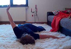 Christina führt die beschriebene Übung durch.