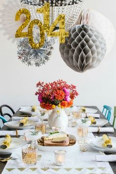 16 DIY Decorations for the Most Festive New Year's Eve Party Ever New Years Eve Table Decorations shiny numbers New Years Eve Dinner, New Years Eve Party, Deco Nouvel An, New Years Cocktails, New Years Eve Decorations, New Year's Eve Celebrations, Diy Chandelier, Diy Décoration, Deco Table