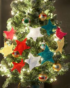 Free crochet pattern: Lily Sugar'n Cream - Holiday Stars Garland. Hang these stars on your tree, bannister, or doorframe - anywhere you can!