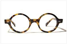 Occhiali da vista rotondi nel design-store di Pollipò Occhiali Eyewear. Puro artigianato italiano /// Round & creative eyeglasses 100% handmade in Italy.