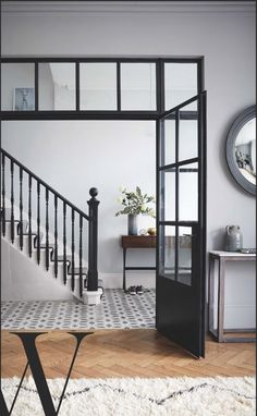 Stunning banisters in Farrow & Ball Railings with pale walls (F&B Blackened). S… Stunning banisters in Farrow & Ball Railings with pale walls (F&B Blackened). Photo: Paul Massey for Living Etc Feb 2017 Gray Painted Walls, Dark Grey Walls, Dark Grey Hallway, Tiled Hallway, Hallway Flooring, 1930s House Interior, Farrow And Ball Living Room, Hallway Colours, Flur Design