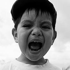 Foto 1: ¡No me molestes! 😡😡😡 Foto 2: No es cierto. 😆😋😆 En varias ocasiones en las que visité las casas paternas de mis amigos, siempre noté el retrato de caritas de mis compañeros cuando eran bebes👶👶👶, esos retratos ¡son un clásico! ✅En esos ayeres, uno aprovechaba esas fotos para echar bromas a los protagonistas.  Sin embargo, el tiempo paso, y, cuando menos lo esperé, me convertí en el adulto acosador.🙊🙆😆 Aunque sólo sea con mi sobrinito de dos años, ✨✨✨que, al parecer, ya se…