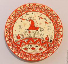 Мезенская роспись, одна из самых древних и загадочных. В далекие времена ей украшали разные предметы быта, они были призваны оберегать, приносить мир и лад, достаток в семью. Предлагаю нарисовать тарелочку, которая будет оберегать достаток в доме и приносить удачу. Для работы нам понадобятся: деревянная тарелочка диаметром 15см; глянцевые акриловые краски черного и красного цветов «Невска…