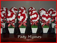 Topiaria feita com flor de feltro, vaso em mdf, grama artificial e laço tendo aproximadamente 29 cm a 30 cm de altura. R$ 28,00