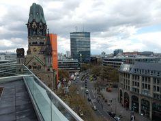 Berlin im April 2017 Kaiser Wilhelm Gedaechtniskirche und Tauentzienstrasse (vom Upper West aus gesehen)