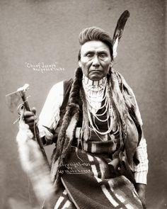 Hin-ma-toe Ya-lut-kiht (aka Thunder Rolling Over The Mountains, aka Chief Joseph, aka Joseph II) the son of Tu-eka-kas (aka Shooting Arrow, aka Joseph I) – Nez Perce – 1901 Native American Images, Native American Beauty, Native American Tribes, Native American History, American Indians, American Symbols, American Women, Sioux, Chief Joseph