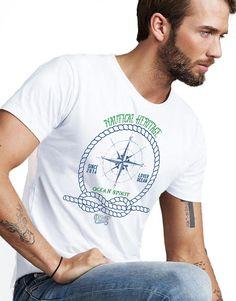 Nautical Heritage Ocean Sprit Erkek Tişört, bulamayacağınız özel tasarıma sahiptir. Tişört krallığı The Chalcedon. 100'de 100 Pamuk Tişört.