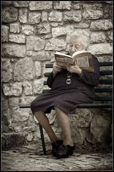 old people woman How To Read People, Book People, I Love Books, Good Books, New Foto, Poesia Visual, Books To Read For Women, Old Couples, Woman Reading