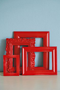 homedecor pictures Gee ou rame n laag hoglans-spuitverf vir n blitsvinnige nuwe voorkoms. Red Picture Frames, Painted Picture Frames, Picture On Wood, Spray Paint Frames, Red Spray Paint, Frame Crafts, Diy Frame, Mirror Painting, Painting Frames