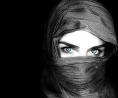 fotografias-artisticas-de-bonitas-mujeres-en-blanco-negro-para-fondos-pantalla (4)