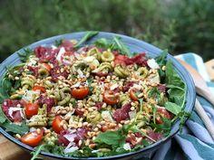 Tuna Salad Pasta, Summer Pasta Salad, Pasta Salad Italian, I Love Food, A Food, Lunch Restaurants, Salad Recipes, Healthy Recipes, Carpaccio