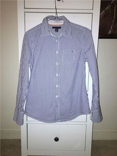 Tommy Hilfiger - Blå/vit randig skjorta i storlek xs 199 kr