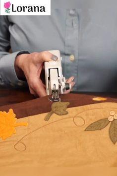 Die EasyStitch Nähmaschine bietet mit ihrer kompakten Größe eine perfekte Lösung für schnelle Näharbeiten. Heute 40% Rabatt und kostenloser Versand.💕 Hacks Videos, Diy Videos, Sewing Hacks, Sewing Projects, Diy Projects For Beginners, Diy Chicken Coop, Fun Hobbies, Clothing Hacks, Handmade Home