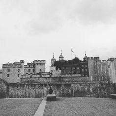 #toweroflondon #lonelyperson #history #sticksandstoneswontbreakmybonesbutaslicetomyheadwill #historic #london #towerhill by randomhayat