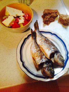 Τσιπούρα ψητή με χωριάτικη σαλάτα και ψωμί σίκαλης