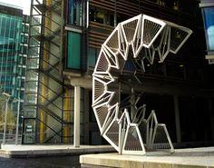 Le pont roulant, conçu par le Heatherwick Studio est situé à Paddington à Londres. Fait d'acier et de bois ce pont dispose d'un mécanisme qui lui permet de s'enrouler pour laisser passer les bateaux.