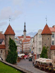 La Puerta Viru, flanqueada por 2 hermosas torres del año 1454. Tallin, Estonia.