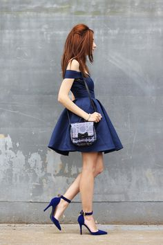 The dress in a darker shade gives full prominence to the jewels, so I kept the more neutral accessories with bag and shoes also in navy blue.