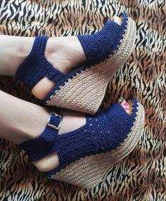 Teje y häkelt Sandalias y Botines para Niños, Bebés y Mujeres Crochet Sandals, Crochet Boots, Crochet Slippers, Crochet Clothes, Crochet Baby, Knit Crochet, Crochet Shoes Pattern, Shoe Pattern, Knit Shoes