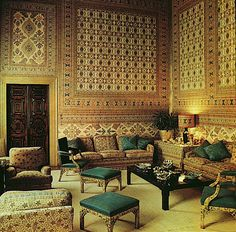 Indian room at the Palazzo Brandolini, Venice renovated by Tony Duquette Hutton Wilkinson - Use of Gold and Pattern Interior Architecture, Interior And Exterior, Interior Design, Indian Room, Indian Living Rooms, World Of Interiors, Classic Interior, Moorish, Wall Patterns