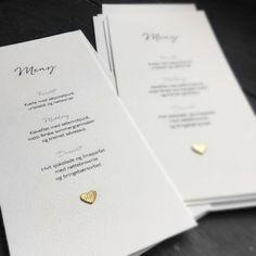 Menykort til bryllup med håndlaget hjerte i gull. Hjertet kan også lages i sølv.