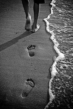 Footprints in the sand ocean beach monochrome black and white wander and wonder - Empreintes de pieds dans le sable noir et blanc Black And White Beach, Black And White Pictures, Beach Photography, Creative Photography, Fotos Strand, Fotografia Macro, White Aesthetic, Beach Photos, Belle Photo