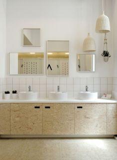 Dans la salle de bains de l'auberge de jeunesse Away Hostel, à Lyon, les vasques rondes donnent une touche très moderne. La multiplication des miroirs agrandit l'espace.#auberge #aubergedejeunesse #ymca #salledebain #bois #boiserie