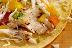 Pour faire changement des tacos traditionnels, voici une délicieuse recette de tacos de poisson. En plus d'amener une petite touche de nouveauté dans votre assiette, vous profiterez des propriétés de la morue. Ce poisson contient en effet peu de matières grasses, une bonne dose d'oméga-3 et est une excellente source de protéines complètes. Bon…