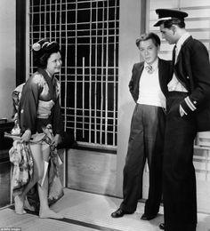 英国生まれの映画俳優ケーリー・グラントは、彼の1932年映画「蝶々夫人」の製作中に、日本の芸者がどのように歩くのか、見て学んでいるところとか。