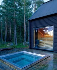 A big sauna with a huge window looking out on the forest and the outdoor hot tub that's big enough for many people to warm up from the cold. This could also be used as a cold pool for dunking after sweating in the sauna. Design Sauna, Dipping Pool, Sauna House, Outdoor Sauna, Jacuzzi Outdoor, Small Pools, Plunge Pool, Home Spa, Saunas