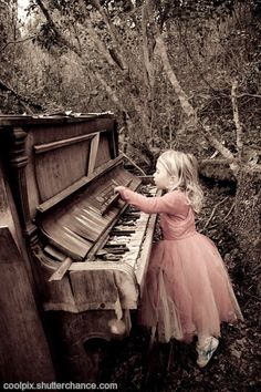 Forest fairies do exist in Plettenberg Bay :) Old piano retired to the forest. I had a dream about a piano like this once Sound Of Music, Music Love, Music Is Life, My Music, Dope Music, Piano Man, Piano Girl, Vieux Pianos, Ft Tumblr