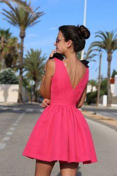Vestido Aldora rosa fucsia con alas y falda de vuelo para bodas. Perfil. Espalda. Apparentia Collection