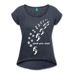 Frauen T-Shirt mit gerollten Ärmeln - never walk alone T-Shirt | Hunde T-Shirts | Shirts und Geschenke für Hundefreunde