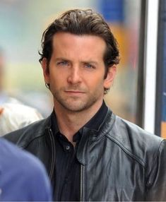 Bradley Cooper is not just the Sexiest Man Alive, ladies--although angry Ryan Gosling fans may beg to differ--it turns out he's also one heck of a nice guy. Logan Lerman, Amanda Seyfried, Bradley Cooper Hair, Homeless Man, Elegant Man, A Star Is Born, Hollywood Actor, Hollywood Actresses, Good Looking Men
