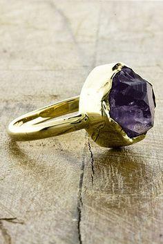 Anillo de Oro de 14K y Amatista Rosa, $950 | 25 Anillos de Compromiso Impresionantes que no están Hechos con Diamantes