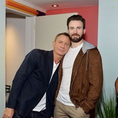 Chris Evans & Daniel Craig Buddy Up at TIFF Chris Evans and Daniel Craig pose for a super cute photo while stopping by the AT&T On Location lounge on Saturday (September at Hotel Le Germain in Toronto,… Z Cam, Jamie Lee Curtis, Robert Evans, Chris Evans Captain America, Raining Men, Daniel Craig, Film Serie, Celebrity Dads, Hugh Jackman