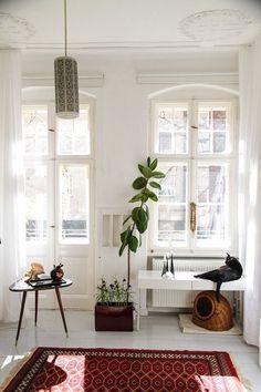 Étnico y plantas Eclectic Living Room, Rugs In Living Room, Living Room Interior, Home Decor Bedroom, Living Room Decor, Room Rugs, Apartment Furniture, Apartment Interior, Apartment Living