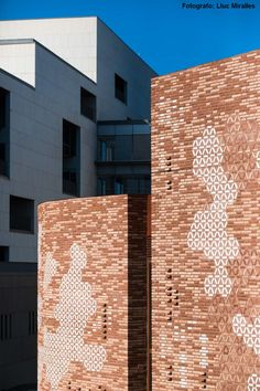 Image 7 of 27 from gallery of Kálida Sant Pau Center / Miralles Tagliabue EMBT. Photograph by Lluc Miralles Thomas Heatherwick, Garden Line, Honeycomb Shape, Old Hospital, Weathering Steel, Garden Pavilion, Glass Center, Patricia Urquiola, Brick Facade