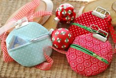 Sewing a money gift bag Christmas Tree Decorations, Christmas Crafts, Coin Purse Keychain, Floral Patches, Fabric Remnants, Gift Packaging, Fabric Crafts, Advent Calendar, Diy And Crafts