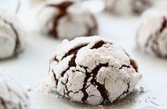POTŘEBNÉ PŘÍSADY:  Vejce 2 ks Máslo 60g Moučkový cukr 100g Hořká čokoláda nejlépe 75% kakaa 200g Hladká mouka 200g Prášek do pečiva 1 lžička Sůl  špetka Vanilkový extrakt 1 lžička  Na obalení:  Cukr krystal Moučkový cukr  POSTUP PŘÍPRAVY:  Nasekanou čokoládu roztopíme ve vodní lázni nebo v mikrovlnce.
