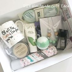 21 Baby Shower Gifts That Are Actually Useful - Geschenke - Pregnancy Gifts Diy Gifts For Mom, Homemade Gifts, Gifts For Friends, Gifts For New Moms, Mother To Be Gifts, Creative Baby Gifts, Best Baby Gifts, Diy Baby Gifts, Spa Gifts